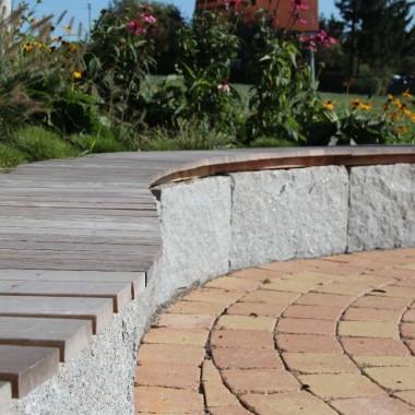Garten mit Sitzmauer