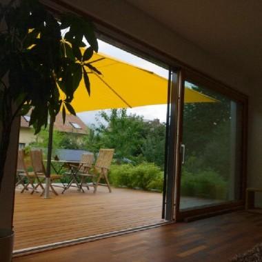 Holzterrasse als verlängertes Wohnzimmer